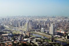 """São Paulo é o principal polo financeiro e comercial do Brasil. A terra da garoa é a cidade mais populosa da América do Sul, com cerca de 20 milhões de habitantes. Apesar de contar com uma enorme quantidade de prédios, """"sampa"""" possui ainda 40 parques municipais e estaduais, entre eles está o popular Parque Ibirapuera. Tem também uma frota de cerca de 15.000 unidades de ônibus, trólebus e micro-ônibus. Além de trens e Metrô que completam o sistema de transporte na cidade."""