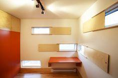 La Couleuvre - photo: Adrien Williams - Détails d'architecture intéressant : panneau coulissant pour fenêtre.
