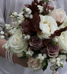 Snow berries with roses  ... #rustic #winter #wedding ... https://itunes.apple.com/us/app/the-gold-wedding-planner/id498112599?ls=1=8 … Tips on how to organise your dream wedding, within your budget ♥