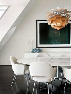 A Sydney Harbour penthouse by Sarah Davison Interior Design: Eero Saarinen Executive chairs Florence Knoll dining table with a marble top and Poul Henningsen´s Artichoke pendant lamp Photography by Prue Ruscoe. Mesa Saarinen, Saarinen Table, Dining Room Design, Dining Room Furniture, Dining Room Table, Dining Rooms, Furniture Decor, Dining Chairs, Dining Area