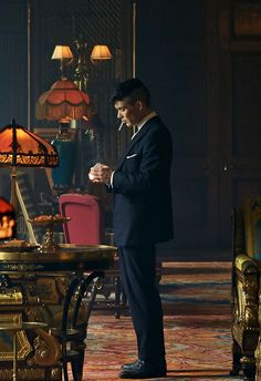 Cillian Murphy in Peaky Blinders - : Photo Peaky Blinders Tommy Shelby, Peaky Blinders Thomas, Cillian Murphy Peaky Blinders, May Carleton, Peaky Blinders Wallpaper, Red Right Hand, Boardwalk Empire, Herren Outfit, Men With Street Style