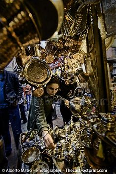 ???  Woman buying kitchen utensils in the Spice Bazar, Istanbul, Turkey. By Alberto Mateo (Travel Photographer).