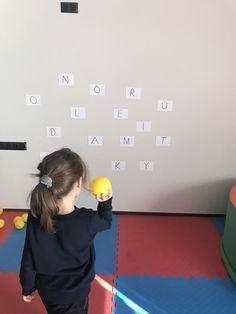 Topların üzerinde yazan harfimizi duvarda bulduk, topu harfin üstüne atmaya  çalıştık.