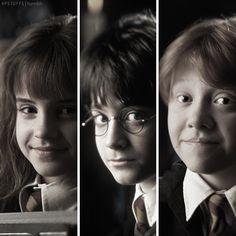 Hermione Granger (Emma Watson), Harry Potter (Daniel Radcliffe), and Ron Weasley (Rupert Grint) Harry Potter Actors, Harry Potter Universal, Harry Potter Fandom, Harry Potter Memes, Harry Potter World, Ron And Hermione, Ron Weasley, Hermione Granger, Drarry