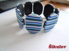 Modrý pruhovaný náramek na gumičce.