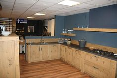 http://www.showroomkeukens.nl/afbeelding5/37501-Landelijke+eiken+houten+keuken.jpg