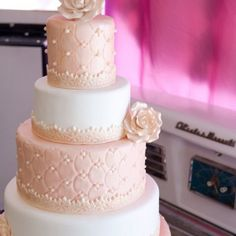 Quilted pattern cake.  I like this one because it looks very simple.  Oval pattern instead of diamond.  I must try!