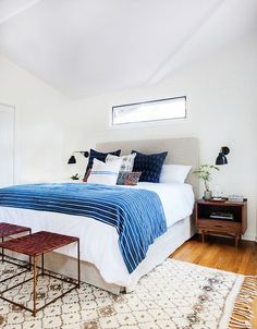 Get the look of this bright and airy, California eclectic bedroom. The mid-century modern and bohemian styles play together beautifully in this bedroom from Amber Interiors. Estilo California, California Homes, California Style, California Bedroom, California Bungalow, Sunny California, California King, Style At Home, Blue Bedroom