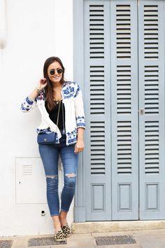 Frühlingslook, Outfit für Frühling, Weiß blaue Jacke mit Quasten, Jacke mit Bommeln, Skinny Jeans Topshop, Espadrilles mit Leoprint