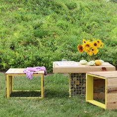 Make these unique modern garden benches and coffee table from pallets, re-purposed metal wire shelving, and rock pebbles!