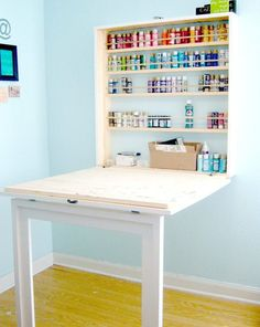table murale rabattable en blanc, étagères assorties et sol en planches de bois jaunes