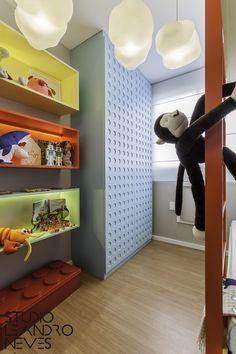 Olha que barato esse armário inspirado em peças de Lego nesse quarto infantil! Junto dele, as estantes coloridas criam um visual bastante lúdico e alegre, além de estimularem a imaginação dos pequenos. Foto: Alessandro Giraldi