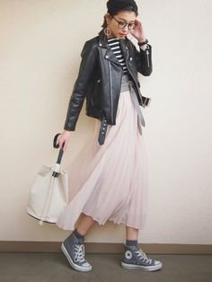 いつもの定番コーディネートに取り入れるだけで春らしく、今年っぽさもプラス出来る「ミモレ丈スカート」。今回は、ヘビロテ確実!着回しもきく「ミモレ丈スカート」のおすすめ春コーデをご紹介します。 Pink Outfits, Teen Fashion Outfits, Modest Fashion, Love Fashion, Womens Fashion, Tule Skirt Outfit, Winter Skirt Outfit, Skirt Outfits, Japan Fashion
