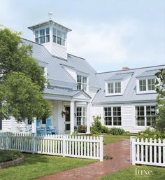 White Country Front Exterior beach house coastal home Farmhouse Plans, Farmhouse Design, Country Farmhouse, Modern Farmhouse, American Farmhouse, House Of Turquoise, Style At Home, Design Exterior, Lodge Style