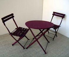 Le salon de jardin  Dans la petite cour donnant sur la rue, Émilie a sorti son salon de jardin. Une table et deux chaises qu'elle a repeinte...