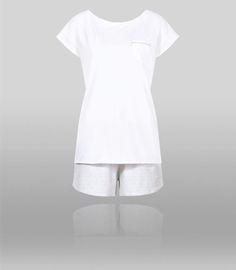 Przyjemna dla ciała piżama z krótkim rękawem i krótkimi spodenkami ozdobione nadrukiem.
