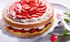 Eine sahnige Torte mit frischen Erdbeeren für sommerliche Feste
