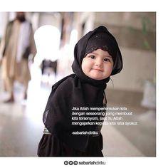 Jika Allah mempertemukan kita dengan seseorang yang membuat kita tersenyum saat itu Allah mengajarkan kepada kita rasa syukur. sabarlahdiriku #Tag Sahabatmu Ajak Dia Tersenyum . . Follow @HijrahCinta_ . by @sabarlahdiriku