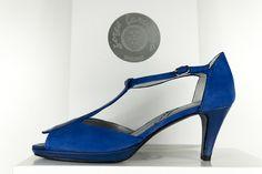 #Peeptoe en #ante #azulon con #detalle #empeine. #Tacón de 6 cm y #plataforma en piel #heels #platform #shoes #zapatos #peptoes BUY//COMPRAR: www.jorgelarranaga.com/es/home/393-438.html