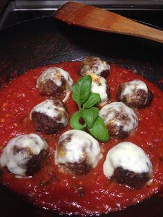 Mozzarellalla gratinoidut lihapullat tomaattikastikkeessa