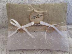 Cuscino porta fedi in lino e sangallo, by ♥La casa di Gaia♥, 24,00 € su misshobby.com
