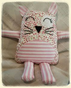 Naninha de tecido Craft Projects, Sewing Projects, Layer Cake Quilts, Fabric Toys, Sewing Dolls, Animal Pillows, Cute Dolls, Applique Designs, Softies