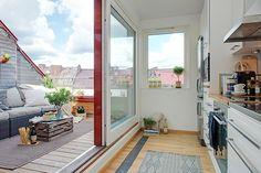 Una mansarda illuminata dalle finestre per tetti con una bellissima terrazza con vista sulla città.