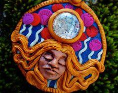 Nebulosa diosa colgante Rainbow Flower Power Hippie Boho joyería.  Me sentía jugando con los colores otra vez después de un largo período de creación de piezas de tierra. Este colgante diosa arco iris cuenta con un cabujón de cristal hermosa nebulosa como el grano de focal. Ella lleva una energía tan alegre. La diosa brillante y vibrante traerá un poco de magia en su vida cotidiana. Su hermoso rostro beso irradia tal compasión y cuidado. Los colores cálidos felizes de sus cabellos fueron…