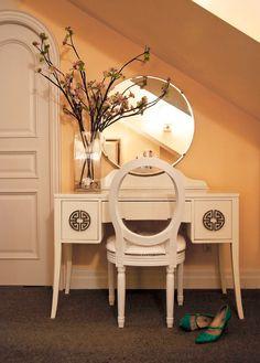 Masa de toaleta Art Deco, ornamentata cu motive orientale