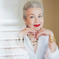 72歳、美しいグレイヘアに赤い口紅がトレードマークの気品溢れるマダム・チェリーは、芦屋の居心地のいいカフェのオーナー。ある日はパリッとした白シャツにデニム、ある日はシンプルなワンピースにウエスタンブーツ…