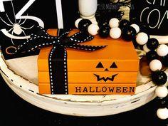 Halloween Wood Crafts, Halloween Signs, Holidays Halloween, Fall Crafts, Halloween Crafts, Wooden Halloween Decorations, Diy Crafts, Homemade Halloween, Tree Crafts