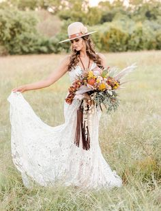 bridal hat Wedding Dress Boutiques, Wedding Dresses, Bridal Portrait Poses, Bridal Hat, Bridal Pictures, Bridal Looks, Boho Wedding, Boho Fashion, Wedding Inspiration