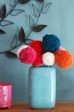 お部屋の雰囲気があったかくなりそう。 ふわふわのポンポンのお花を花瓶に飾って。