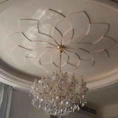 """If we think of the ceilings in our homes, so often the first thing that comes to mind is """"white, bland and boring."""" We make so much effort with the rest of our home but the ceilings get… Stylish Modern Ceiling Design Ideas New Ceiling Design, Plaster Ceiling Design, Ceiling Design Living Room, Bedroom False Ceiling Design, Home Ceiling, Modern Ceiling, Ceiling Decor, Ceiling Ideas, Ceiling Chandelier"""
