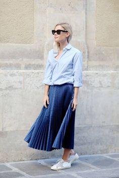 Street style look with metallic pleated skirt. Pleated Skirt Outfit, Metallic Pleated Skirt, Skirt Outfits, Midi Skirt, Skirt Fashion, Fashion Dresses, Hijab Evening Dress, Estilo Boho, Dress With Sneakers