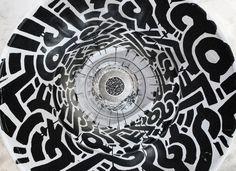 Un labyrinthe de traits et de courbes définit le travail de l'artiste américain Aaron De La Cruz. Baigné dans la culture graffiti depuis l'âge de 7 ans...