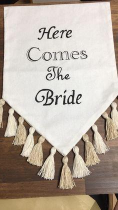 結婚式、前撮りなどに使えるウェディングフラッグです。ウェディングフラッグの、一番よくあるメジャーな結婚式での使い方は、フラワーガールやリングボーイ、ブライズメイドがウェディングロード(バージンロード)を歩くときに、『here comes the bride』と書いたフラッグを持って、間もなく花嫁が入場してくることを知らせます。ウェルカムスペース、受付、前撮り小物、また式が終わってからはご自宅で…と活躍してくれる小物です。サイズ 約41.5×30cm(布部分).タッセル約6cmタッセル色 *ホワイト*ピンク*ラベンダー*エメラルドグリーン*ネイビー*ゴールドラメ new!お選びください(o^^o)上部に棒を通して吊るしてご使用ください。(棒、紐は付いてきません)文字はポスカ(耐水性)で手書きです。(アイロンOK)素人作品ですので、完璧を求められる方はご遠慮ください。折りたたんで発送いたしますので、到着後はアイロンがけお願いします。他の文章などでご希望の方は、コメントでお知らせください。お名前、日付なども対応できます。