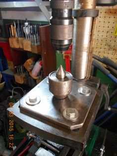 The rotating center is set on the table drill Workshop Ideas, Garage Workshop, Table Drill, Drill Press, Craft Shop, Lathe, Blacksmithing, Metal Working, Woodworking