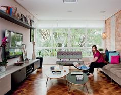 Reforma trouxe ar de casa para o apartamento antigo da designer Adriana Chamma / Suqui Lopez