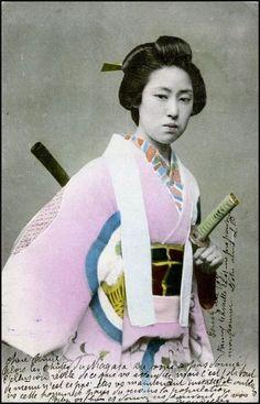 Vintage-Photos-of-Japanese-Ladies-with-Their-Katana-Swords-12