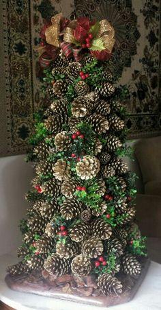 Árvore de Natal feita com pinhas.