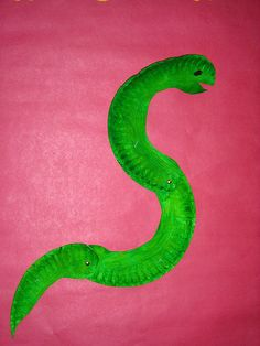Moray eel paper plate craftI love that this is one cut, one plate! could also be snake, or worm too