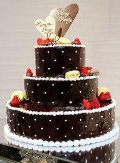 濃厚で大人らしさがあるシックなチョコレートケーキに白いクリームでデコレーション♬ドットがガーリーでかわいいウェディングケーキ❤︎