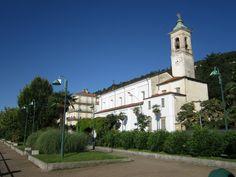 La chiesa parrocchiale di Belgirate sul lungolago.