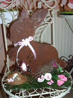 +Osterdeko Hase+    Süßer Hase, Metall gerostet,  dekoriert auf einem Holzbrett, Moos, einem Seidenblumen-Krokus,  Band, Naturmaterial und div. Deko.