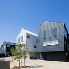 Completed in 2015 in Los Angeles, United States. Images by Laure Joliet, Iwan Baan. Blackbirds is a cluster of 18 homes nestled in the bohemian hills of Los Angeles' Echo Park neighborhood designed by Bestor Architecture. Architecture Résidentielle, Contemporary Architecture, Plane 2, Boulder House, American Houses, Cecile, Los Angeles Homes, Echo Park, Metal Buildings