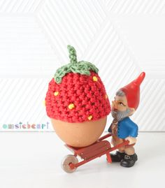 omstebeurt: Strawberry egg cozy. ♥ ~ LINK CORRECT and pattern is FREE when I checked on 04/09/2015.