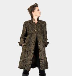 Abrigo de Astracán de Swakara / Green Swakara Astrakhan Coat by Aurora Maroto. #astracan #astrakhan #bolero #moda #fashion #auroramaroto #peleteria #boutique #winteriscoming #chic #glamour