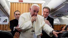 El sumo pontífice respondió preguntas de periodistas, abordo del avión que lo transportaba de El Cairo a Roma.
