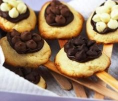 Easter Egg Biscuits On Sticks: A fun Easter gift, these biscuits on sticks are even more fun to decorate and eat. http://www.bakers-corner.com.auhttps://www.bakers-corner.com.au/recipes/cookies/easter-egg-biscuits-on-sticks/